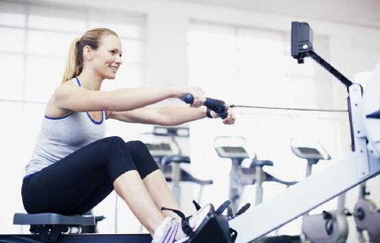 对于健身教练培训新手必须要了解健身房锻炼的正确流程,做对了顺序才能收到更好的健身效果。 运动前准备 碳水化合物的补充比较重要,提前30分钟吃点东西,做运动的时候就会感觉比较有力气。很多人认为减肥不要吃饭,然而,如果连脂肪代谢的能量都不足的话,减肥效果会很受有影响。减重者可以把一顿晚饭分成运动前后两次吃完。 热身 在健身锻炼前要进行热身,目的是减少肌肉的黏滞性,增加运动肌群的血流,提高运动表现,并减少运动伤害的发生。  力量练习 健身教练培训新手:力量练习时,应该以器械训练为主,自由重量为辅。因为固定器械有